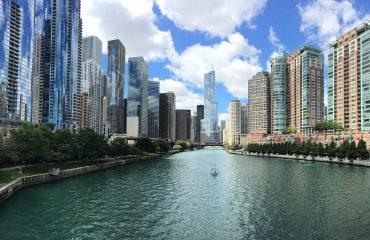 Città con grattacieli sul fiume